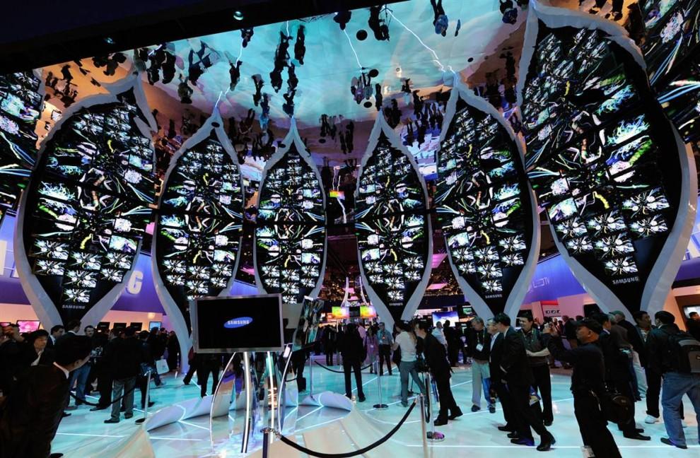 1. Общий вид на стенд компании «Samsung» на выставке CES 2010 в выставочном центре Лас-Вегаса. На крупнейшей в мире ежегодной выставке технологий ожидается 2500 компаний. (Ethan Miller / Getty Images)