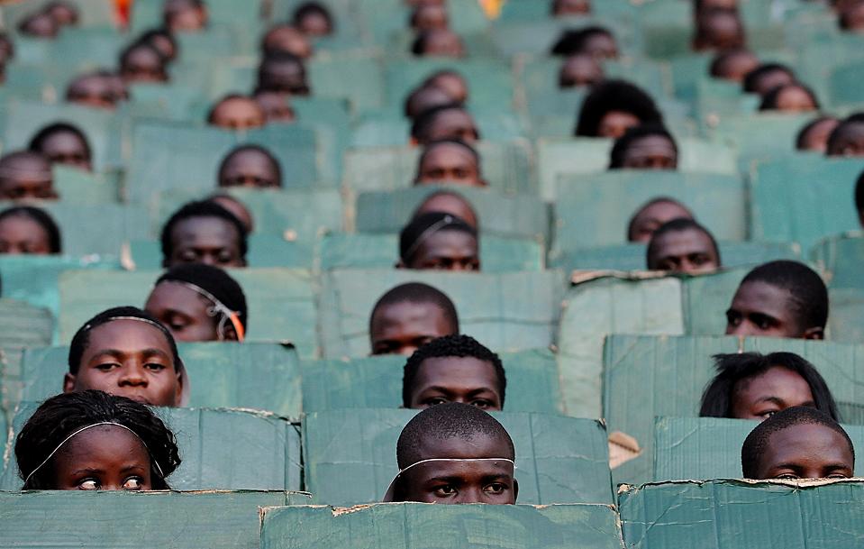 1. Дети участвуют в церемонии открытия футбольного чемпионата Африканский кубок наций в Луанде, Ангола. Ангольское правительство сообщило в понедельник об аресте двух подозреваемых в нападении на автобус с футболистами из Того, в результате чего погибло два человека. (Joe Klamar/Agence France-Presse/Getty Images)