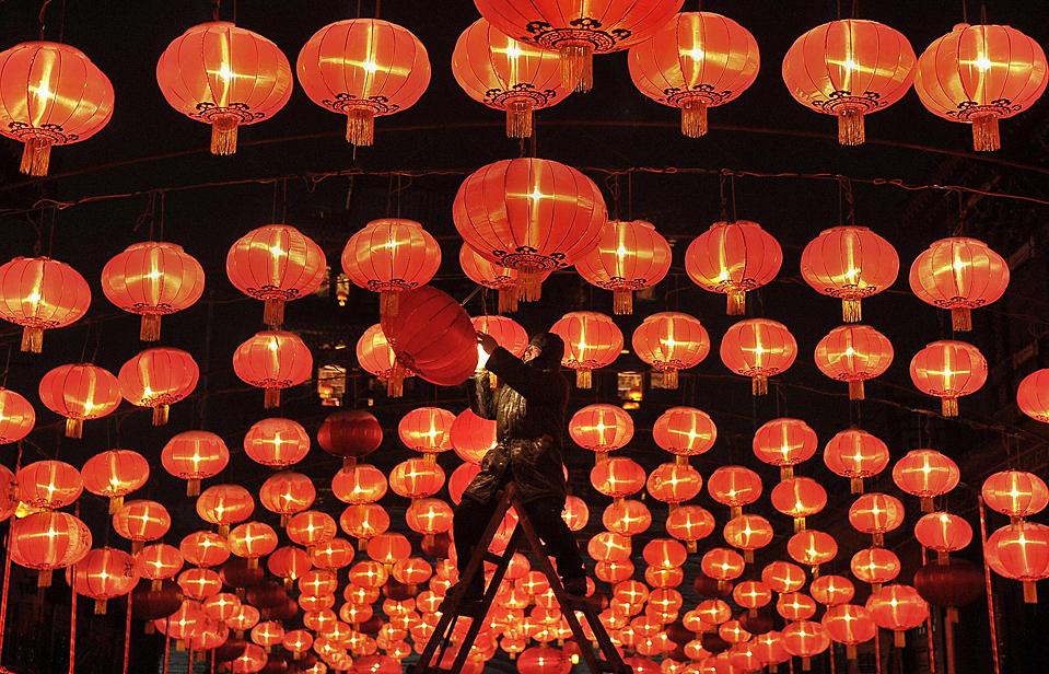 2. Рабочий чинит красный фонарь в храме в Шэньяне, провинция Ляонин, Китай, в преддверии Китайского нового года 14 февраля. (Sheng Li/Reuters)