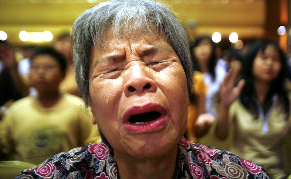5. 75-летняя Чиа Ким Фун молится в Куала-Лумпур, после того как ее церковь сожгли рано утром в воскресенье. Поджигатели сожгли  девять церквей, чтобы немусульмане не произносили слова «Аллах». (Bazuki Muhammad/Reuters)