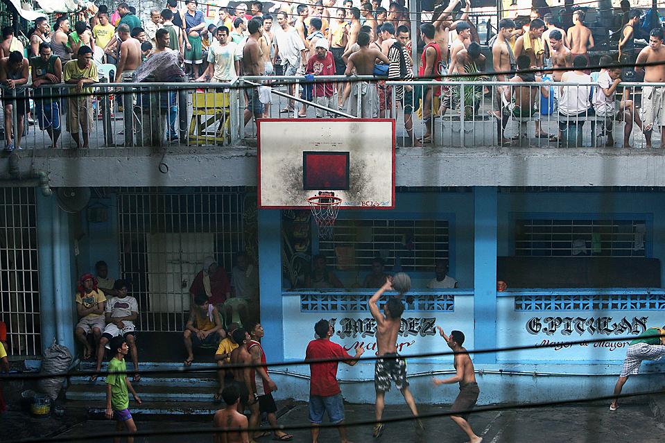 13. Заключенные играют в баскетбол в тюрьме Кезон Сити в Маниле. В тюрьме около 2800 заключенных, хотя максимальная вместимость – всего 800. (Val Handumon/European Pressphoto Agency)