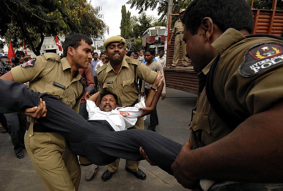 14. Полиция задержала активиста из Коммнистической партии Индии во время протеста в Хайдарабаде. Сотни людей протестовали против пошлин, взимаемых транспортной компанией на государственных дорогах. (Krishnendu Halder/Reuters)