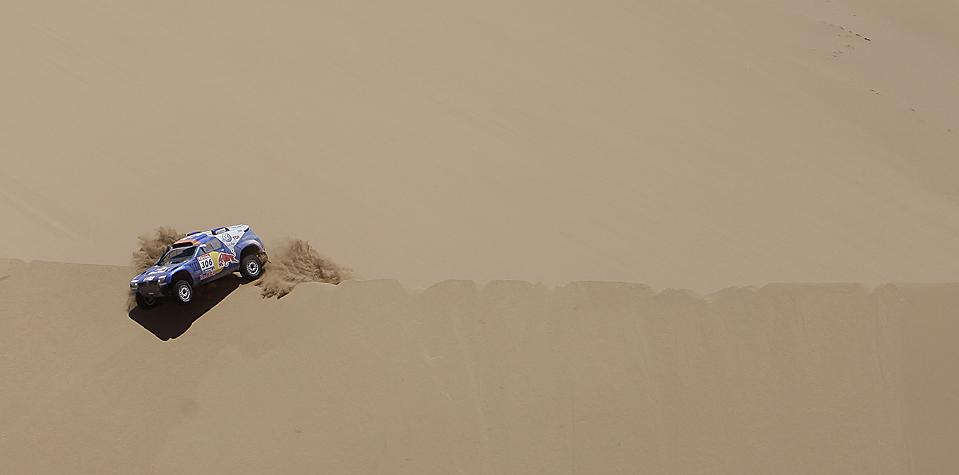 16. Марк Миллер из США и его товарищ Ральф Питчфорд из ЮАР едут по песчаной дюне на восьмом этапе ралли Дакар между Антофагастой и Копиапо. (Natacha Pisarenko/Associated Press)