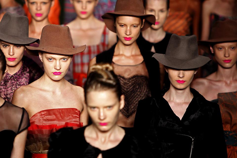 1. Модели демонстрируют коллекцию одежды от Марии Бониты Экстра на неделе моды сезона осень-зима 2010 в Рио-де-Жанейеро. (Felipe Dana/Associated Press)