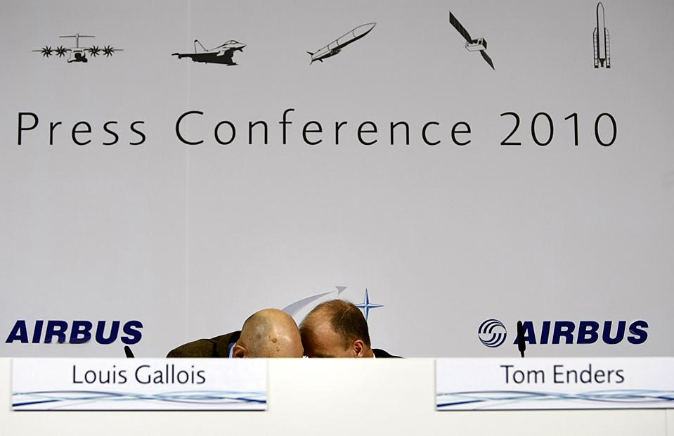5. Исполнительный директор концерна «EADS» Луи Галуа (слева) и исполнительный директор «Airbus» Том Эндерс разговаривают на пресс-конференции в Севилье, Испания. Компания «Airbus» - подразделение «EADS» - сообщила, что в плане производства она побила «Боинг» в 2009 году, но предупредила, что перенасыщенный бюджет программы военного транспорта угрожает компании. (Marcelo del Pozo/Reuters)
