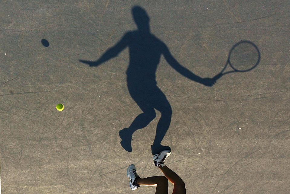 6. На этом фото, повернутом на 180 градусов, вы видите, как итальянка Флавиа Пеннетта отвечает на удар китаянки Ли На на Международном теннисном турнире в Сиднее. Пиннетта выиграла. (Daniel Munoz/Reuters)