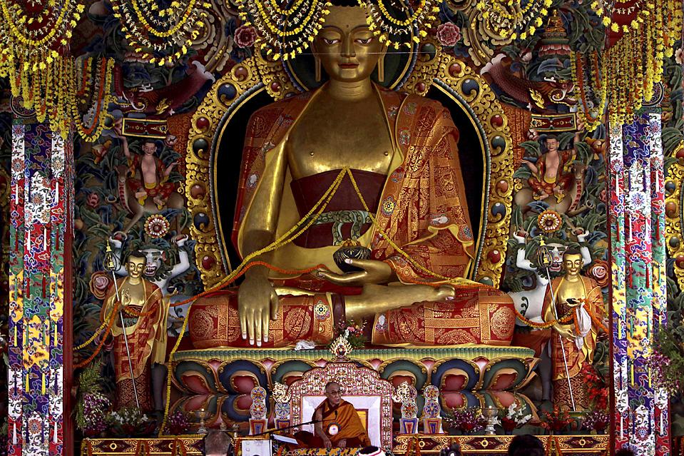 13. Тибетский духовный лидер Далай Лама (в центре внизу) молится после открытия недавно построенного монастыря Ригон Тхуптен Миндоллинг недалеко от Бхубанесвара, Индия. (Anupam Nath/Associated Press)