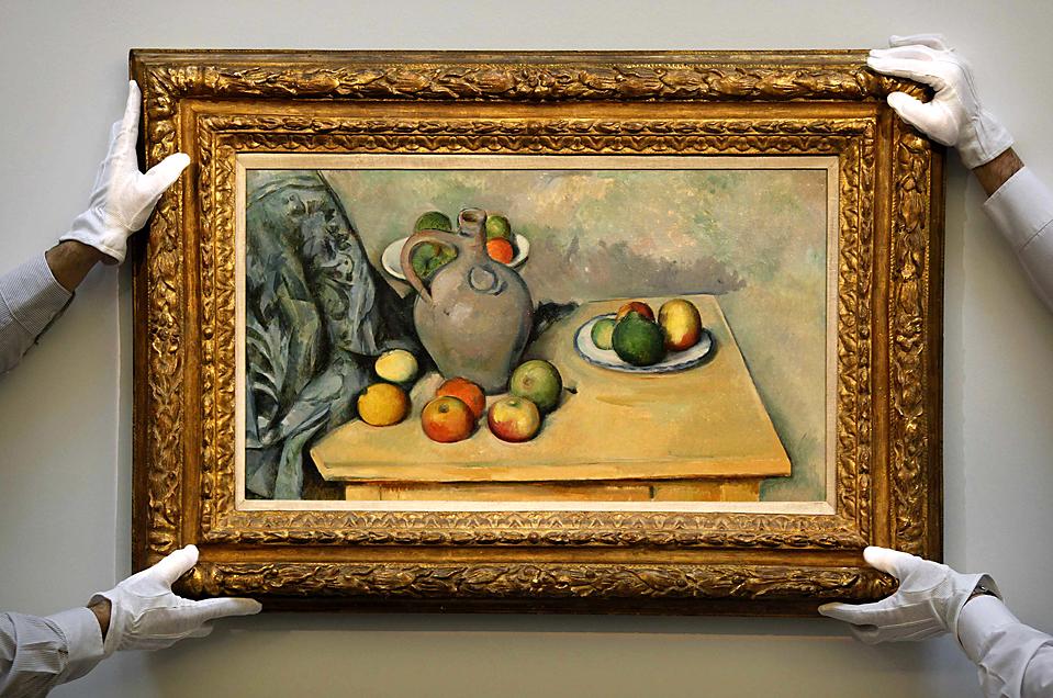 """14. Работники аукциона «Sotheby's» в Лондоне в перчатках демонстрируют картину """"Pichet et Fruits Sur une Table"""" Поля Сезанна. Картину ожидают продать за 24 миллиона долларов в следующем месяце. (Stefan Wermuth/Reuters)"""