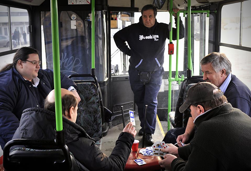 15. Водители играют в карты в автобусе в депо в Будапеште. Водители бастуют, требуя повышения зарплаты и нового трудового соглашения. (Bela Szandelszky/Associated Press)