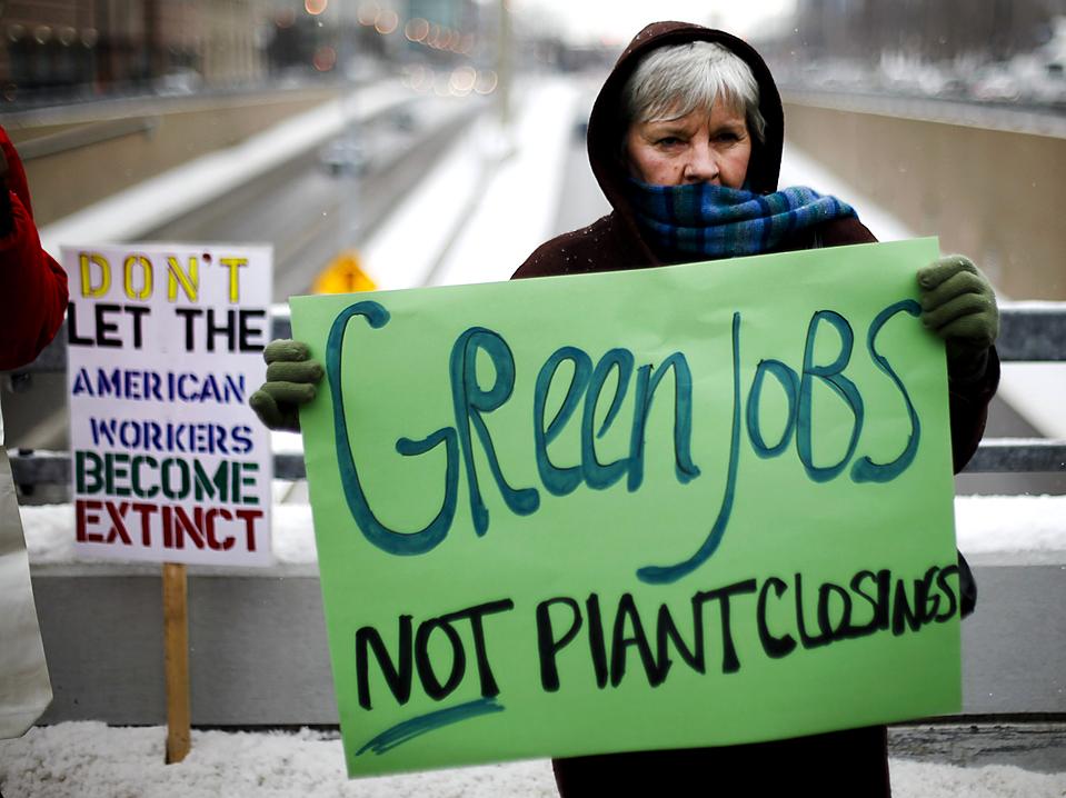 16. Женщина протестует против увольнений на автозаводе во время Международного Североамериканского автосалона в Детройте. (Mark Blinch/Reuters)