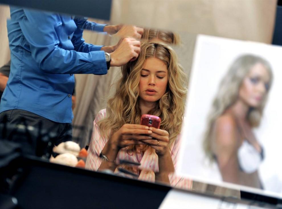 1. Модель Victoria's Secret Даутцен Крез остается на связи даже за кулисами. Голландская модель появилась на показе Victoria's Secret в Нью-Йорке. Шоу показывали 1 декабря 2009 года. (Timothy A. Clary / AFP - Getty Images)