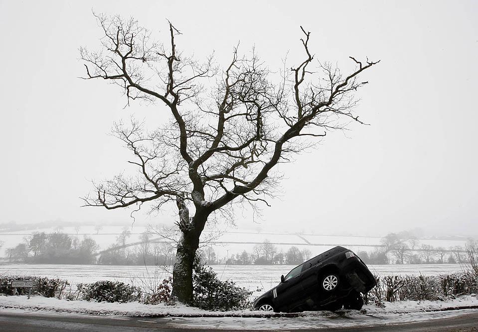 1. «Range Rover» лежит в кювете, съехав с заледенелой дороги в Ульверскрофте, Англия. Великобритания переживает самую холодную зиму за последние несколько десятилетий. (Darren Staples/Reuters)