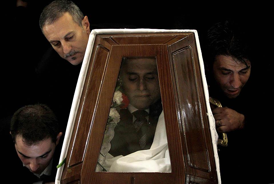 2. Люди несут гроб с телом Андиса Хаджикостиса – директора компании «Dias Media Group» - в Никосии, Кипр. Хаджикостис был застрелен в понедельник у своего дома. Полиция до сих пор выясняет возможные мотивы убийства. (Philippos Christou/Associated Press)