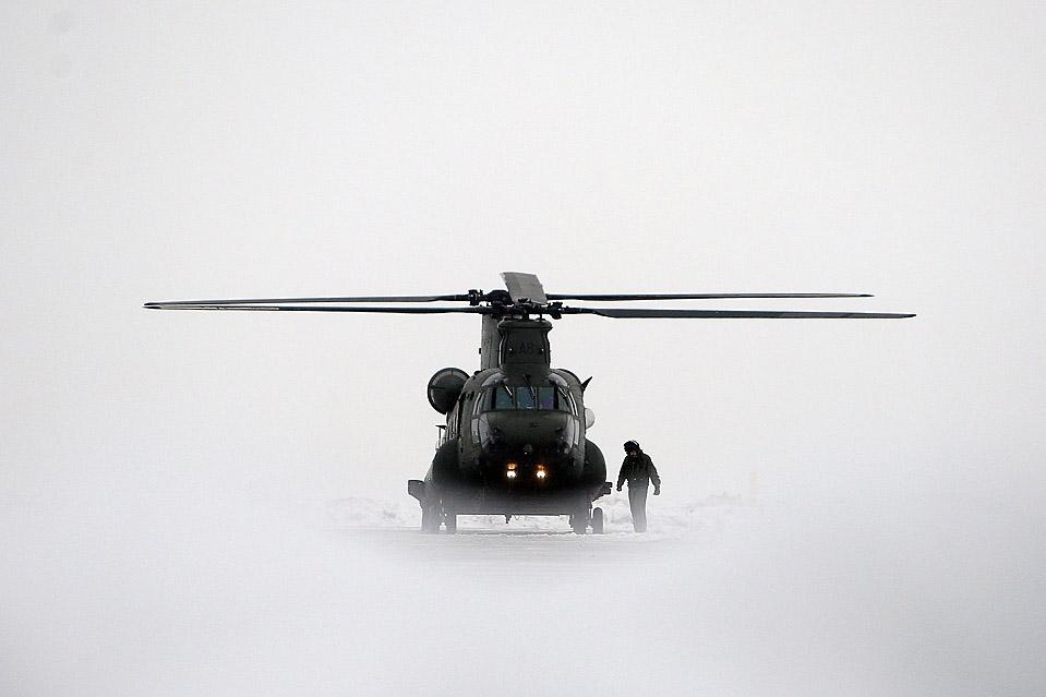 5. Первый вертолет Великобритании «Chinook Mk3», направленный в Афганистан, приземлился на аэродроме в Одихэме, Англия. После восьмилетней задержки вертолеты «Chinook», наконец, готовы. (Dan Kitwood/Getty Images)