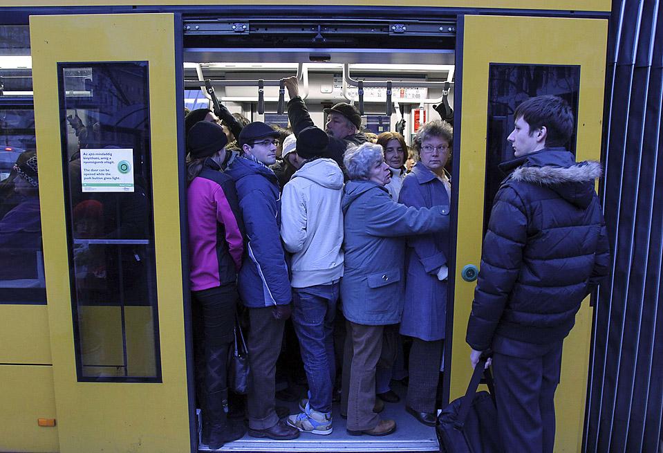 9. Люди втискиваются в общественный транспорт в Будапеште. Работники автобусов и поездов хотят повышения зарплаты и новое трудовое соглашение. (Karoly Arvai/Reuters)