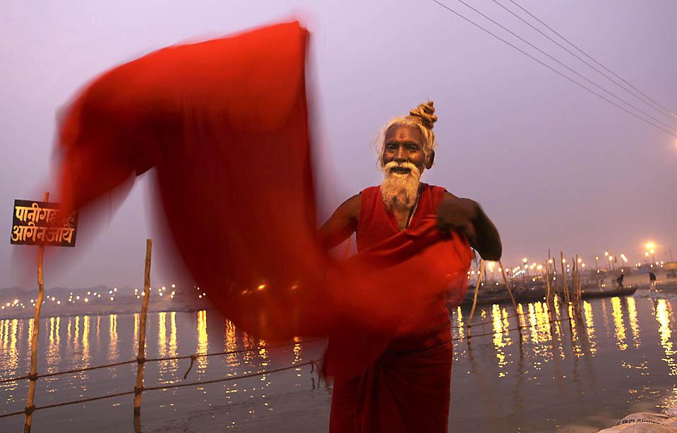 10. Индус сушит свою одежду после купания в реке Ганг во время ежегодного фестиваля Магх Мела в Аллахабаде, Индия. (Rajesh Kumar Singh/Associated Press)
