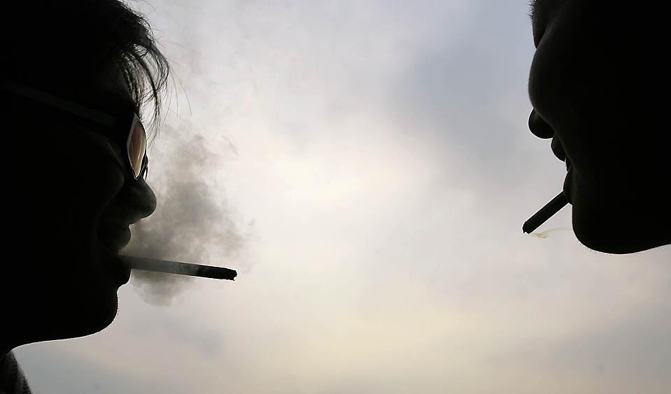 15. Два человека курят у университетского кампуса в Пингтун Каунти, Тайвань. В Тайване собираются ввести закон, по которому курильщиков, бросающих окурки на улицах, будут штрафовать. (Pichi Chuang/Reuters)