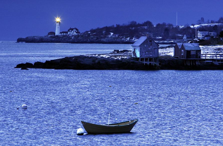 1. Главный маяк Портланда ярко сияет холодным утром в устье гавани Портланд в Кейн Элизабет, штат Мэн. В выходные температура упала ниже нуля. (AP Photo/Robert F. Bukaty)