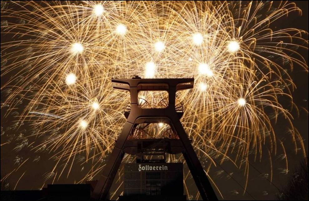 1) © REUTERS/Ina Fassbender // Салют над Zeche Zollverein.