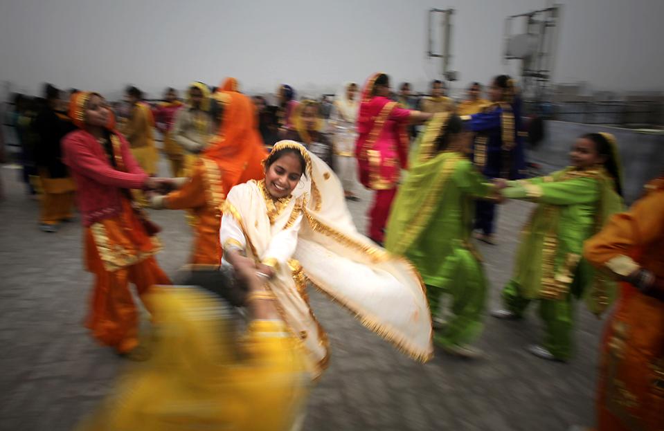 3. Школьницы исполняют традиционный танец накануне Басант Панчами – фестиваля весны в Амритсаре, Индия. (Altaf Qadri/Associated Press)