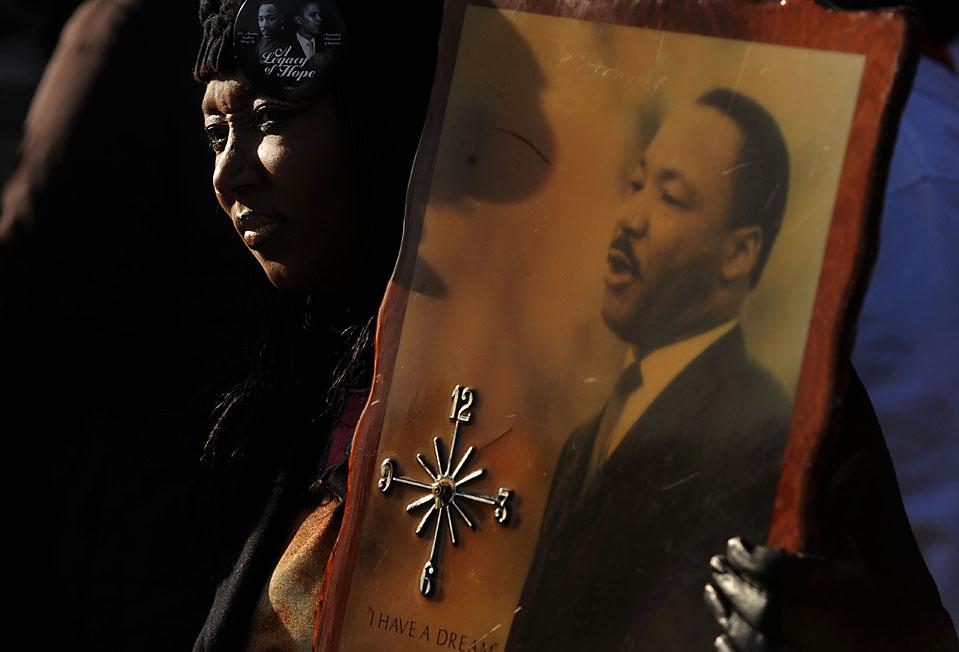 7. Бриджет Джонсон держит часы с портретом доктора Мартина Лютера Кинга младшего на ежегодном параде в его честь в городском парке Денвера. (Photo by Matt McClain/Getty Images)