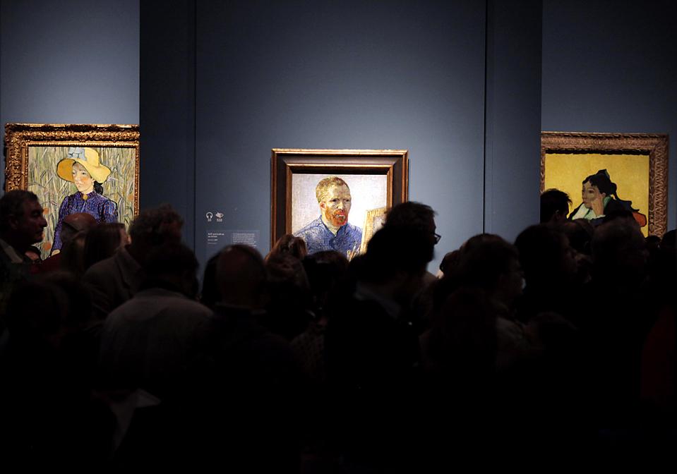 8. Пресса заполонила Лондонскую Королевскую академию искусств, чтобы посмотреть картины голландского художника Винсента Ван Гога (автопортрет в центре). Выставка «Настоящий Ван Гог» пройдет с 23 января по 18 апреля. (Lefteris Pitarakis/Associated Press)