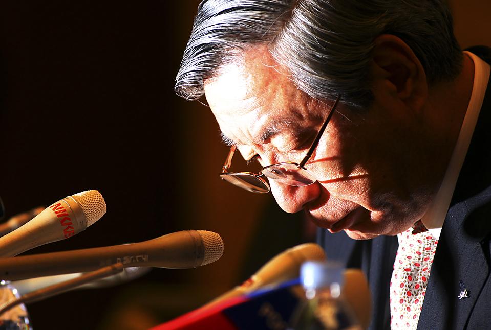 10. Президент японских авиалиний Харука Нишиматсу извинился за крах компании и ушел в отставку во вторник в Токио. Задолжав около 25,6 миллиардов долларов, компания подала заявку на банкротство. (Junji Kurokawa/Associated Press)