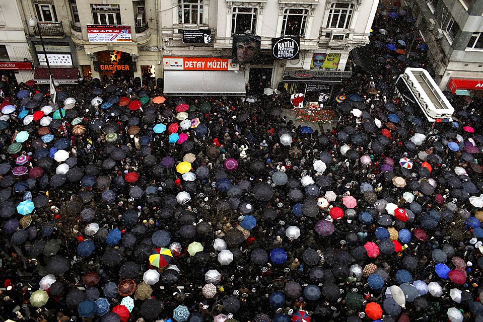 11. Тысячи людей собрались у редакции газеты «Agos» в Стамбуле в память об убитом в 2007 году турецко-арменском журналисте Хранте Динке. Динк был убит ультра-националистом. (Kerim Okten/European Pressphoto Agency)
