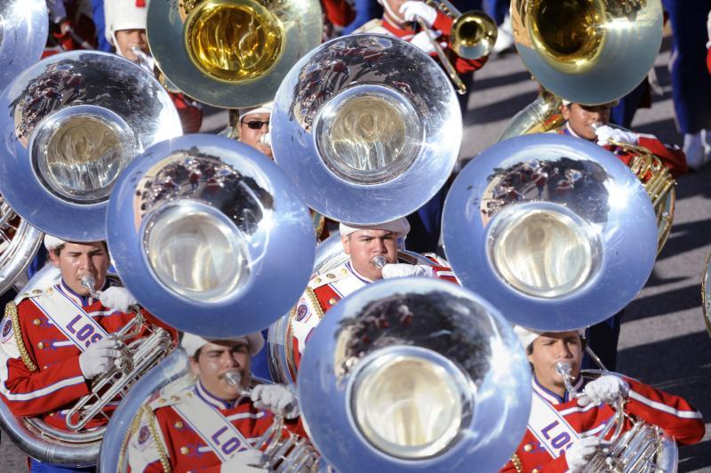 4) Выступление почетного духового оркестра из школы LAUSD All District High School во время 121 Парада Роз в Пасадене. (UPI Photo/Phil McCarten)