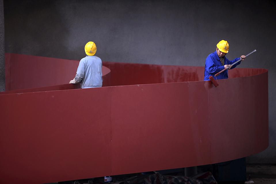 4. Строители-мигранты красят часть швейцарского стенда для Всемирной выставки 2010 в Шанхае. Выставка откроется 1 мая. (Nir Elias/Reuters)
