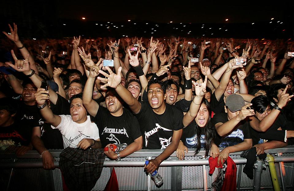 9. Фанаты группы «Metallica» на концерте в Лиме в рамках турне группы по Южной Америке. (Enrique Castro-Mendivil/Reuters)