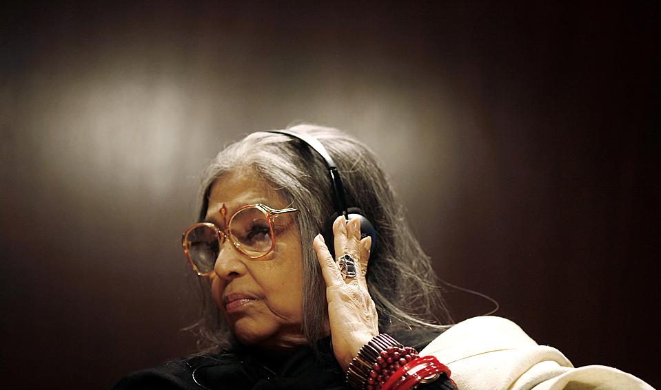 10. Тара Ганди – внучка Махатмы Ганди – пришла на конференцию «Ганди, Индия и мир» в здании фонда «Calouste Gulbenkian Foundation» в Лиссабоне. (Nacho Doce/Reuters)