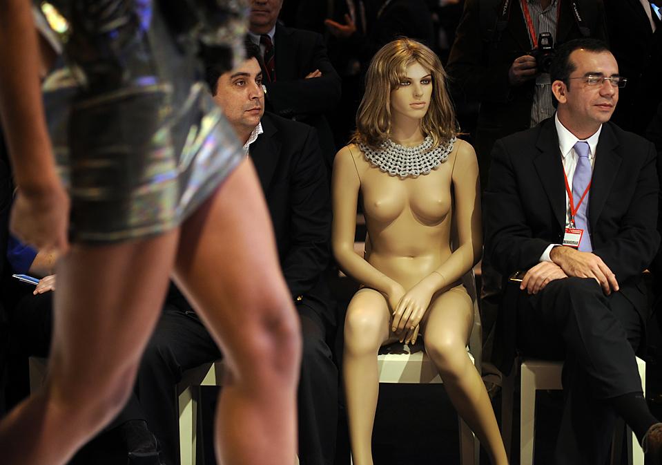 12. Люди сидят рядом с манекеном на показе мод на Международной туристической торговой ярмарке в Мадриде. (Pierre-Philippe Marcou/Agence France-Presse/Getty Images)