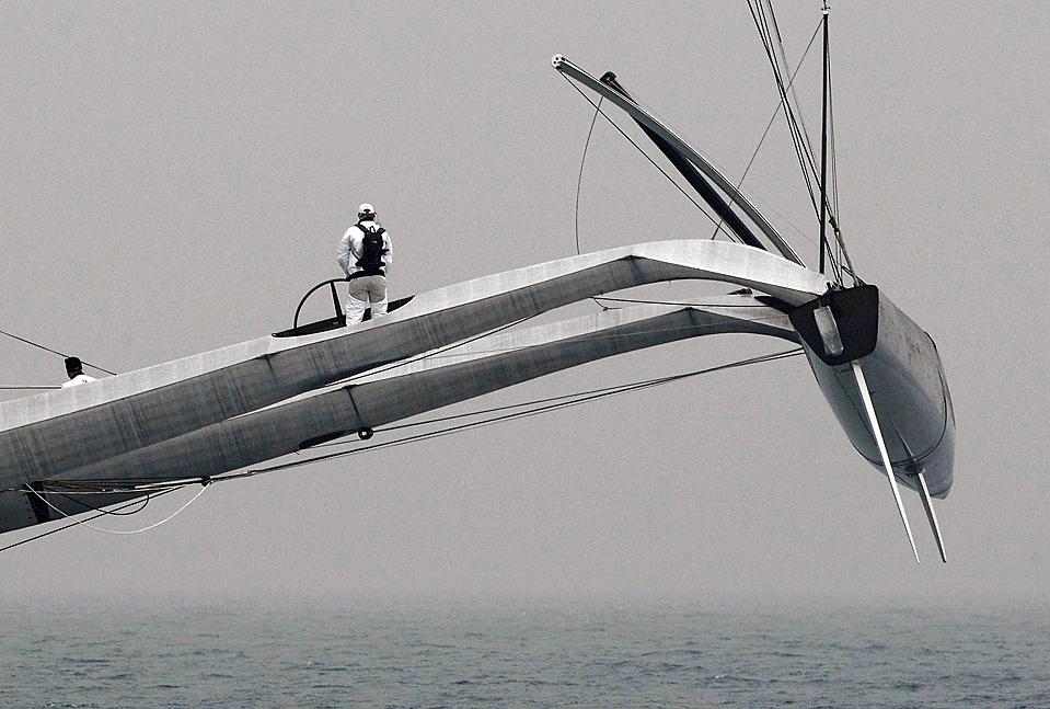 14. Член американской команды «BMW Oracle» готовится к регате на побережье Валенсии. Гонка начнется 8 февраля. (Heino Kalis/Reuters)