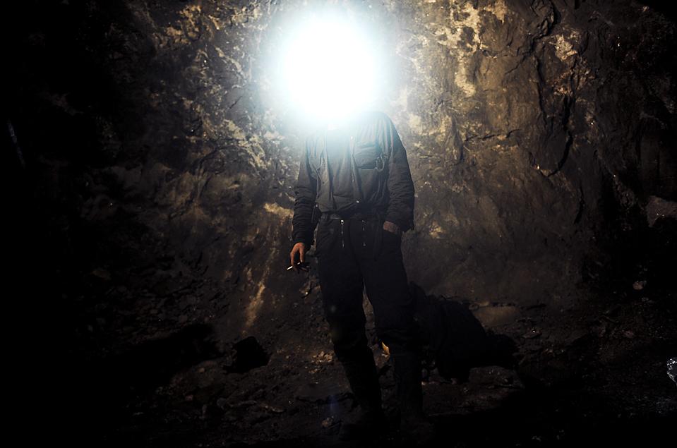 1. Шахтер курит в шахте «Стари Трг Трепца» в северном Косово. Шахта возобновила свою работу впервые со времени конфликта в Косово 1998 года. (Armend Nimani/Agence France-Presse/Getty Images)
