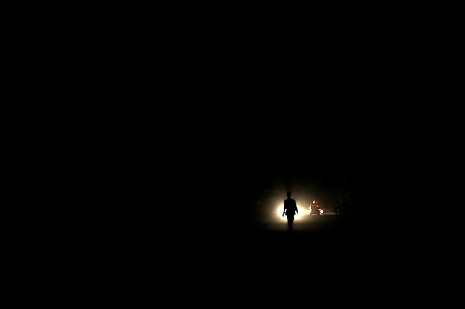 2. Человек идет по улице ночью в Порт-о-Пренс после разрушительного землетрясения в 7.0 баллов, уничтожившего столицу Гаити. (Olivier Laban-Mattei/Agence France-Presse/Getty Images)