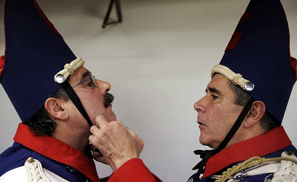 6. Двое мужчин готовятся к маршу на традиционном параде «Тамборрада» в Сан-Себастьяне, Испания, во время «Эль Диа Гранде» - главного дня празднований в честь покровителя города. (Alvaro Barrientos/Associated Press)