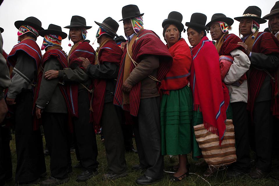 12. Люди выстроились в очередь, чтобы войти в священный храм в Тиванаку, Боливия, где местные шаманы проводили церемонию принятия переизбранного президента Эво Моралеса в качестве лидера Боливии. (Dado Galdieri/Associated Press)