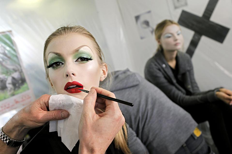 1. Модели наносят макияж за кулисами показа от «Dior» весна-лето 2010 в Париже. (Thibault Camus/Associated Press)