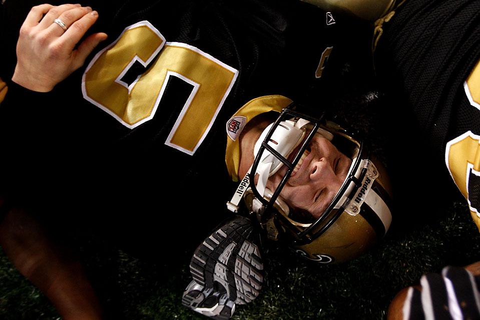 3. Игрок команды «New Orleans Saints» Гарретт Хартли празднует забитый в овертайме с 36 метров гол, позволивший его команде выиграть у «Minnesota Vikings» со счетом 31-28 на чемпионате NFC на стадионе Луизианы. (Chris Graythen/Getty Images)