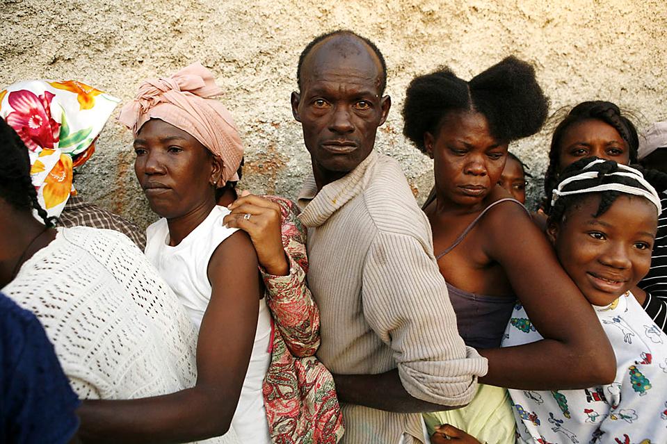 9. Люди стоят в очереди за едой и водой, которые раздают бразильские войска, в Сайт Солейл, Гаити. Многие критикуют власти, что помощь поступает слишком медленно. (Sophia Paris/United Nations/Associated Press)