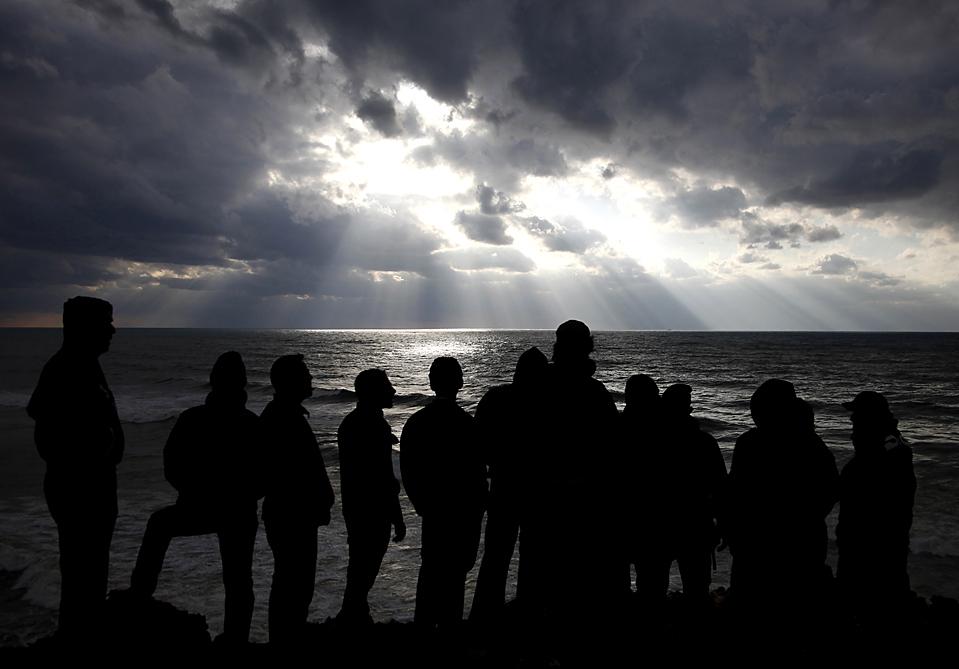 15. Ливанцы смотрят на море, где упал самолет компании «Ethiopian Airlines» с 90 пассажирами на борту практически сразу после взлета из аэропорта Бейрута в понедельник. Пока было найдено 34 тела и ни одного выжившего. (Bilal Hussein/Associated Press)