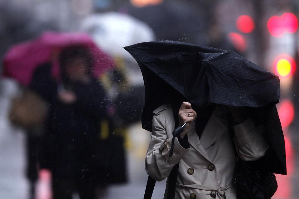 16. Люди борются с ветром и дождем в Филадельфии. В западной Пенсильвании затопленные дороги были закрыты, пришлось спасать нескольких водителей. Из-за сильных дождей реки выходят из берегов, а рейсы откладываются по всему северо-восточному побережью. (Matt Rourke/Associated Press)