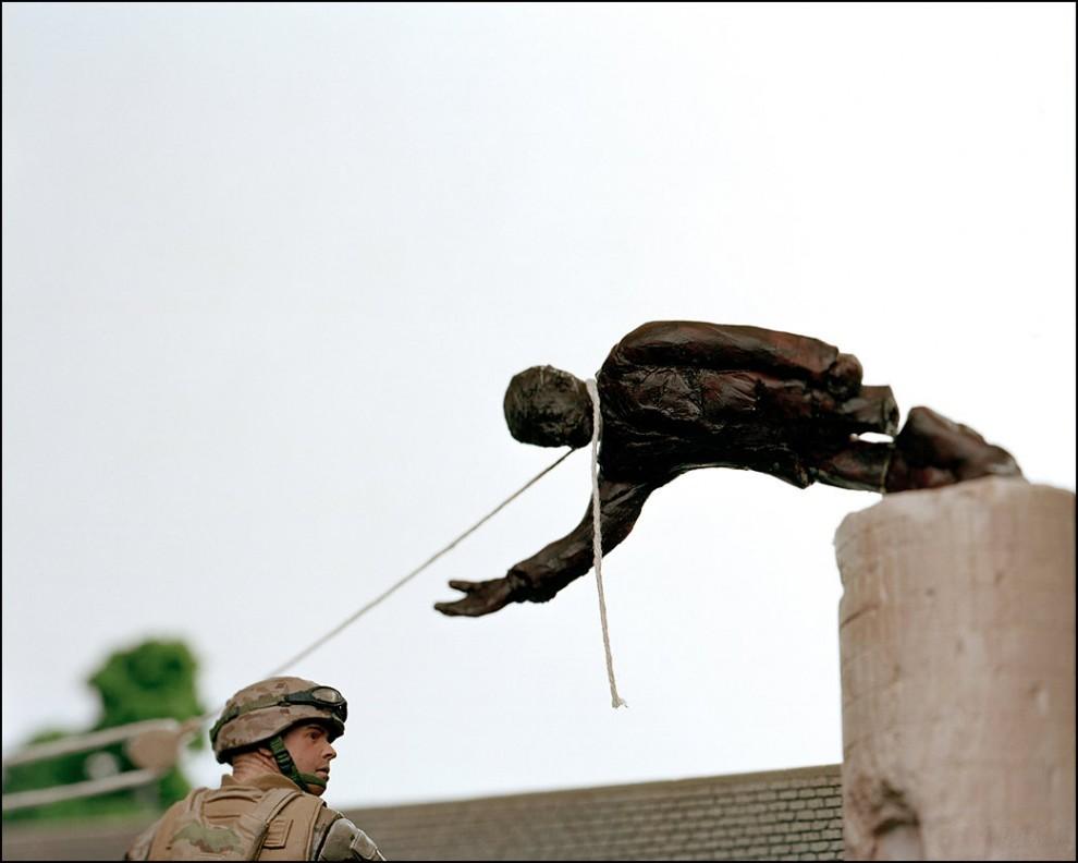 """1) © Bradley Wollman // Падение Саддама. """"Это воссоздание одного из наиболее интересных событий во время войны. Событие было постановочным и когда его передавали по телевидению, была толпа сотен людей, сосредотачивающихся вокруг этой статуи. Другие кадры показывают, что было от силы человек пять. Мне любопытно для кого была предназначена эта манипуляция информацией."""" - Брэдли Уоллмэн."""