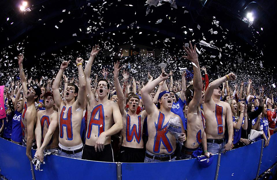 4. Фанаты Канзаса кричат во время игры любимой баскетбольной команды против сборной Миссури на матче баскетбольной коллежской лиги в Лоуренсе, штат Канзас. Канзас выиграл со счетом 84-65. (Charlie Riedel/Associated Press)