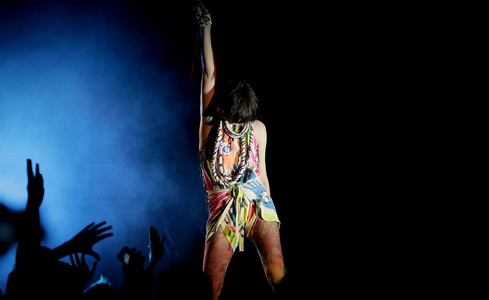 5. Вокалистка группы «Yeah Yeah Yeahs» Карен О выступает на сцене зала «Диана» в Гвадалахаре, Мексика. (Carlos Jasso/Associated Press)