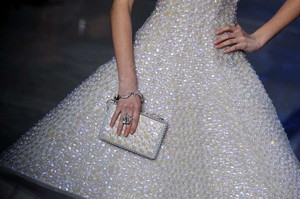 6. Модель в платье от Джорджио Армани во время показа коллекции сезона весна/лето 2010 в Париже. (Christophe Ena/Associated Press)