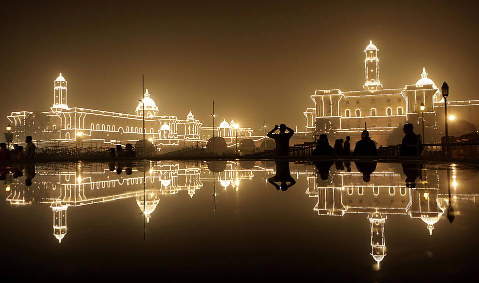 13. Здания в Нью-Дели в праздничной иллюминации по случаю Дня Республики. (Gurinder Osan/Associated Press)