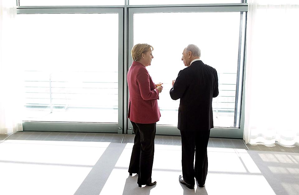 14. Канцлер Германии Ангела Меркель разговаривает с израильским президентом Шимоном Пересом во время его визита в Берлин. (Guido Bergmann/Bundesregierung via Associated Press)