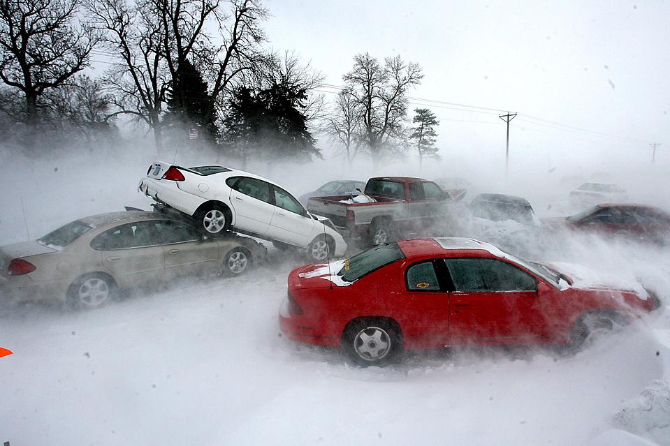 15. Из-за сильного ветра и пурги, мешающей обзору, на шоссе 65 недалеко от Масон Сити, штат Айова, произошла крупная авария и пробка. (Bryon Houlgrave/The Globe Gazette via Associated Press)